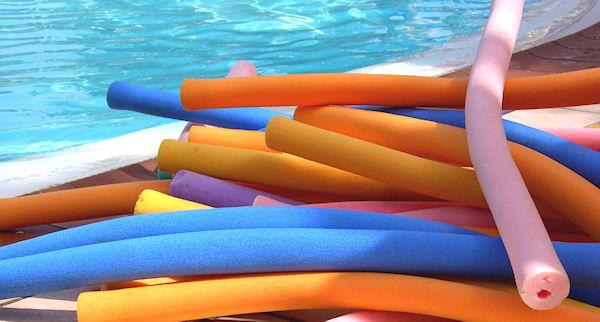 Schwimmnudeln am Pool